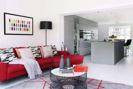 36. Sofá de canto vermelho para salas amplas e bem decoradas – Por: Behance