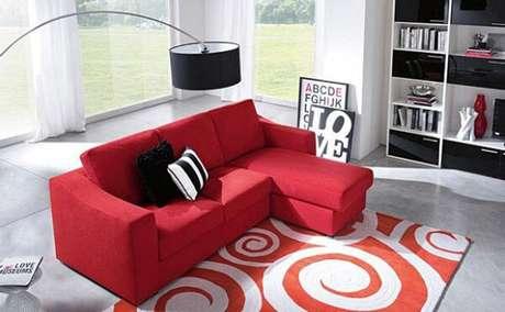 37. Sofá de dois lugares vermelho – Por: Pinterest