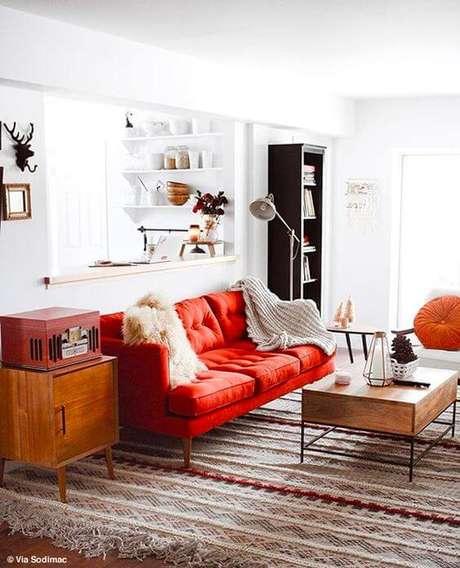 38. Sofá de sala de estar na cor vermelho com detalhes fashionistas – Por: Sodimac