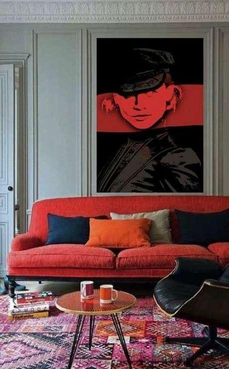 39. Sofá vermelho com almofadas coloridas – Por: Pinterest