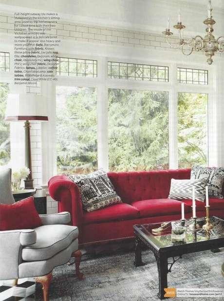40. Sofá vermelho com almofadas estampadas para sala de jantar