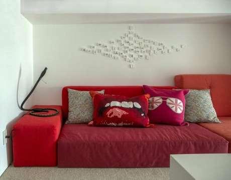 11. Sofá vermelho com estampas divertidas para decorar as almofadas para sofá vermelho – Por: Gisele Taranto