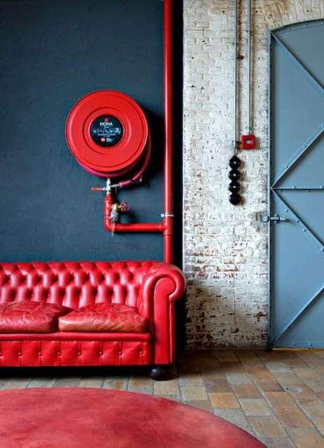 41. Sofá vermelho em sala de estar azul – Por: Pinterest