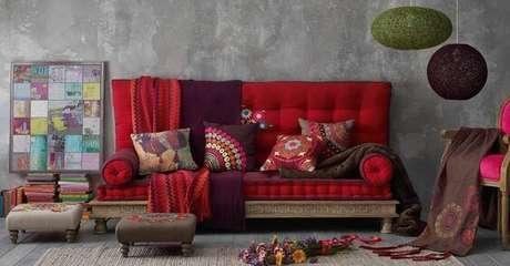 42. Decoração super colorida para sofá vermelho – Por: Pinterest