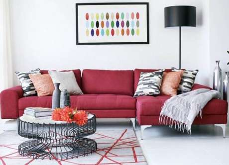 3. Sofá vermelho com decoração moderna – Por: Pinterest