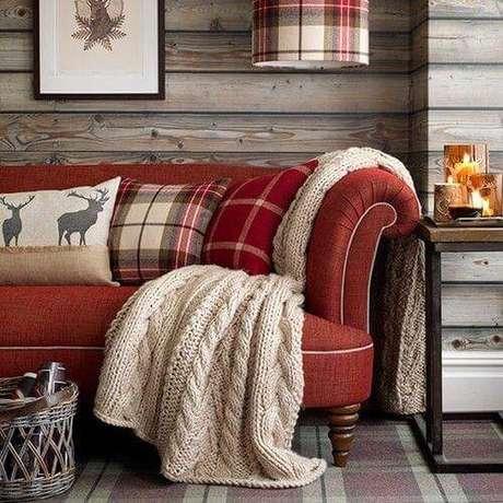 43. Sofá vermelho com manta de tricot para o inverno