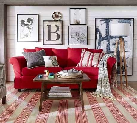 44. Sofá vermelho com combinação de quadros moderna – Por: Pottery Barn