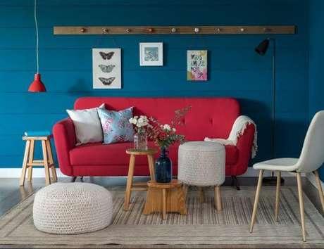45. Sofá vermelho com parede azul – Por: Pinterest