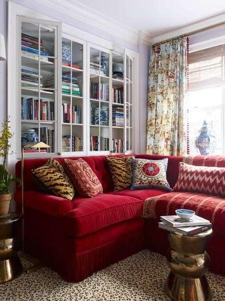 46. Sofá vermelho com prateleiras de livros na decoração – Por: Pinterest