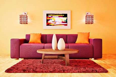 6. Sofá vermelho com decoração de sala amarela e tons quentes – Por: Total Construção