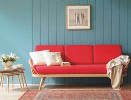 48. Sofá vermelho na decoração de sala de estar com parede verde água – Por: Pinterest