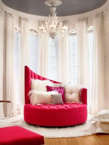31. Sofá vermelho em formato diferenciado – Por: Pinterest