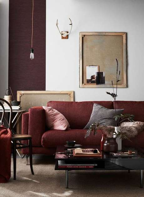 57. Sofá vermelho em sala com tons de marsala – Por: Casa Vogue