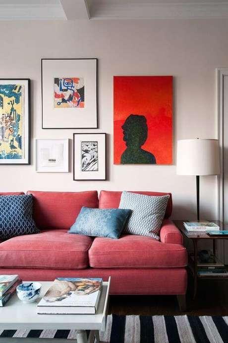 58. Sofá vermelho para casa com quadros personalizados – Por: Pinterest