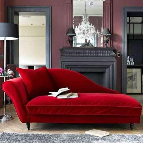 60. O sofá vermelho para leitura é uma boa opção para relaxar – Por: Pinterest