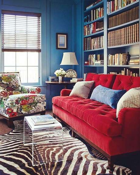 7. Sofá vermelho para sala azul, alegre e linda – Por: Pinterest