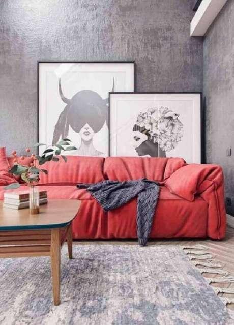 62. Sofá vermelho com quadros em tons de cinza – Por: Behance