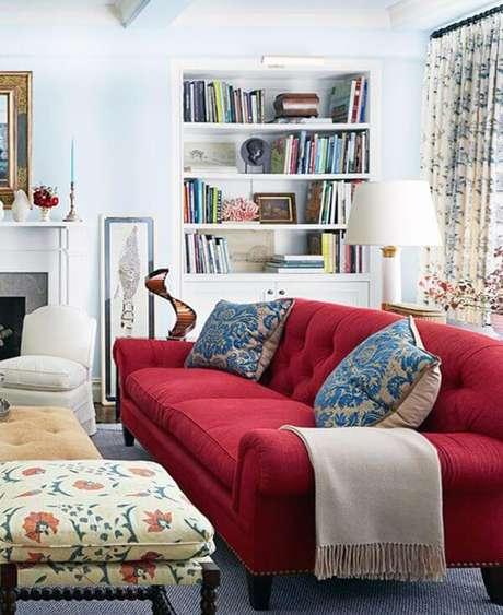 64. Sofá vermelho para sala de estar com detalhes em azul – Por: Pinterest