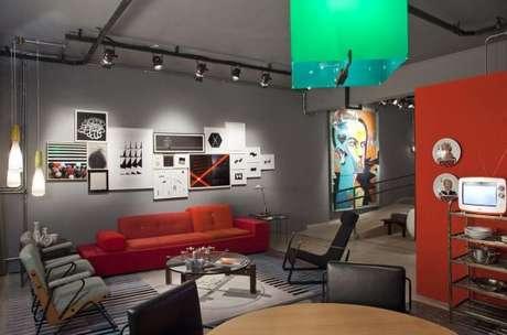 67. Sala moderna com sofá vermelho em destaque – Por: Antonio Ferreira Junior e Mario Celso Bernardes