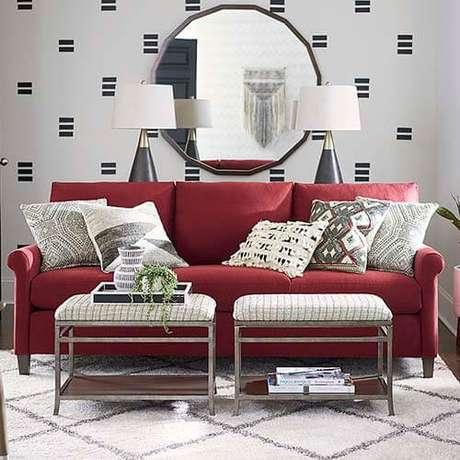 68. Use um papel de parede para destacar o sofá vermelho na decoração – Por: Basset Furnitures