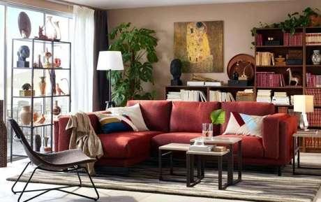 69. Sofá vermelho para sala de estar com almofadas combinando – Por: Startipireland