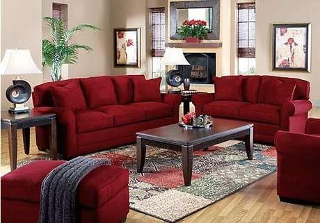 70. Sofá vermelho para sala de estar em conjunto – Por: Pinterest