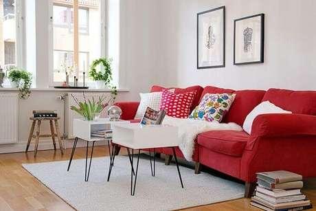 71. Sala branca com sofá vermelho e almofadas coloridas estilo retrô – Por: Pinterest
