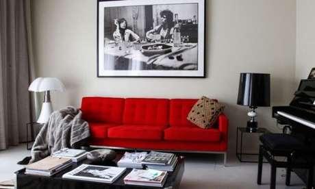 72. Sofá vermelho para sala de estar com móveis preto e branco – Por: Pinterest