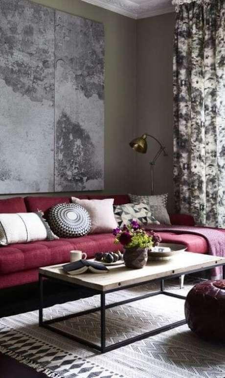 73. Sofá vermelho vinho em sala de estar estilo industrial – Por: Pinterest