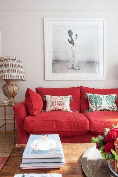 74. Sofá vermelho para sala de estar neutra – Por: Delightfull