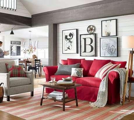 1. Sofá vermelho para sala de estar neutra e moderna – Por: Pottery Barn