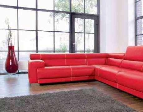 77. Sofá vermelho para sala de estar grande e bem iluminada – Por: Pinterest