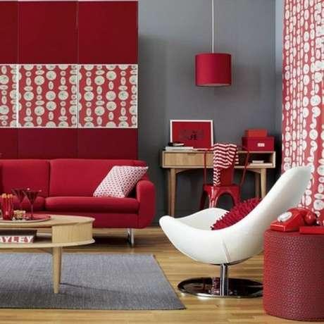 50. Sofá vermelho para sala de estar com poltrona branca – Por: Pinterest