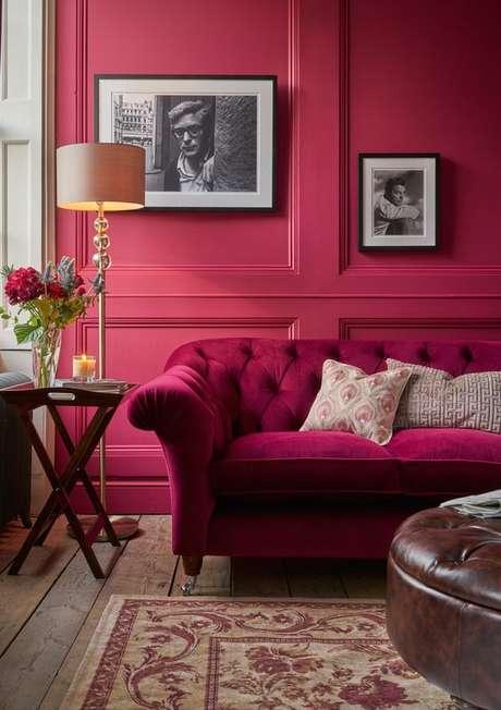 51. Sala de estar vermelha com sofá retrô – Por: Laura Ashley