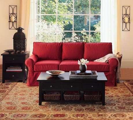 52. O sofá vermelho ficou ainda mais incrível com os móveis pretos – Por: Pinterest