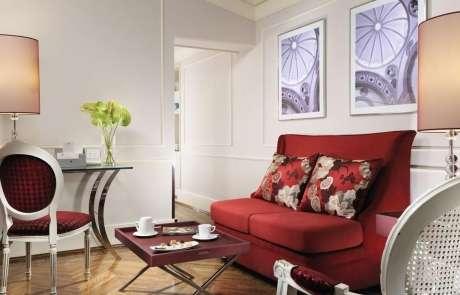 53. Use sofá retratil vermelho para sua decoração ser ainda mais funcional – Por: Florence Hotel