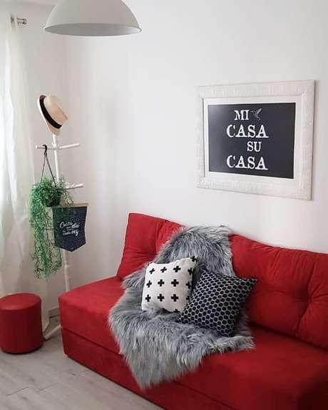 54. Combine a manta para sofá vermelho com as almofadas para ter uma decoração linda! – Por: Pinterest