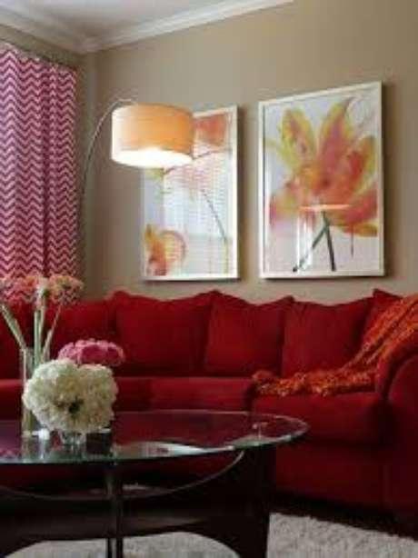 55. Sofá vermelho com quadros em tons quentes para combinar – Por: Projepedia