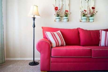56. Tenha uma sala aconchegante com o sofá vermelho – Por: ArtBella