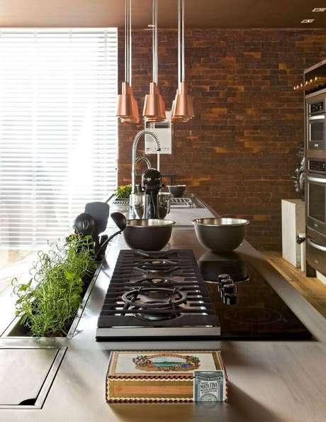 10. O tijolo à vista é um ótimo modelo de revestimento para cozinha rústica