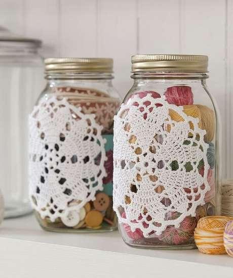 68. Toalhinha de crochê compõem os vidros decorados. Fonte: Coisas da Léia