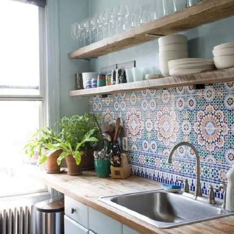 82. Utilize ladrilho hidráulico no revestimento para cozinha. Fonte: Pinterest