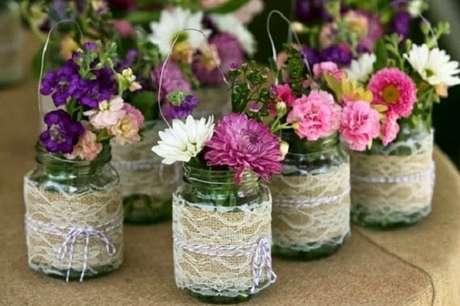 1. Vasos de potes de vidros decorados com juta. Fonte: Pinterest