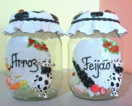 69. Vidros decorados com biscuit auxiliam na separação de alimentos da cozinha. Fonte: Elo7