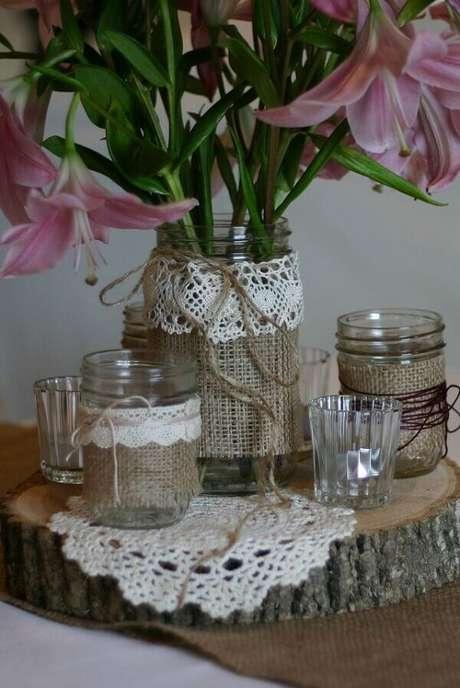 72. Vidros decorados com tecido de juta e crochê. Fonte: Pinterest