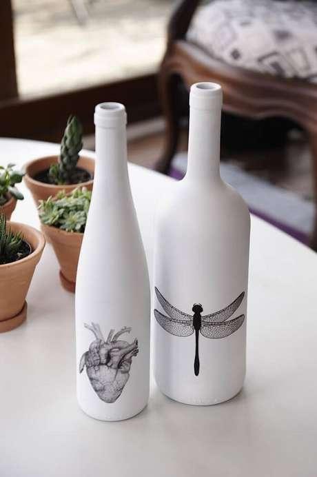 32. Vidros decorados com tinta fosca branca e adesivos. Fonte: Pinterest