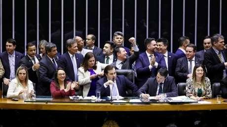 Demora para concluir a votação reflete a dificuldade do governo para organizar base de apoio no Congresso