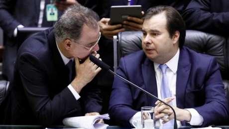 O presidente da Câmara, Rodrigo Maia, suspendeu a sessão no início da madrugada desta sexta-feira