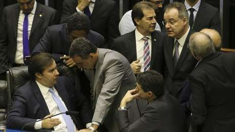 Por enquanto, o texto aprovado mantém a essência proposta pelo governo - brasileiros se aposentando mais tarde e com benefícios menores