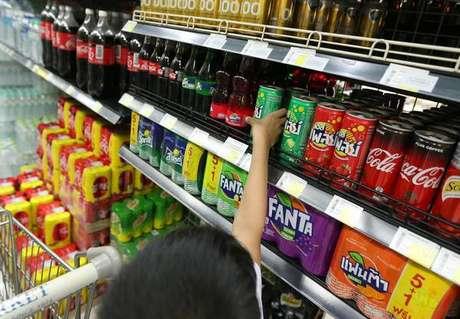Bebidas açucaradas aumentam risco de câncer, diz estudo